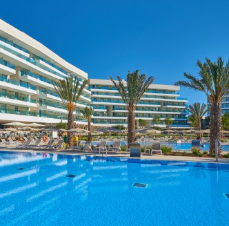 Hipotels Gran Playa de Palma pool and building